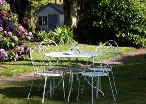 Le petit déjeuner au jardin de la Villa Saint Raphael, chambre d'hote à Saint Malo