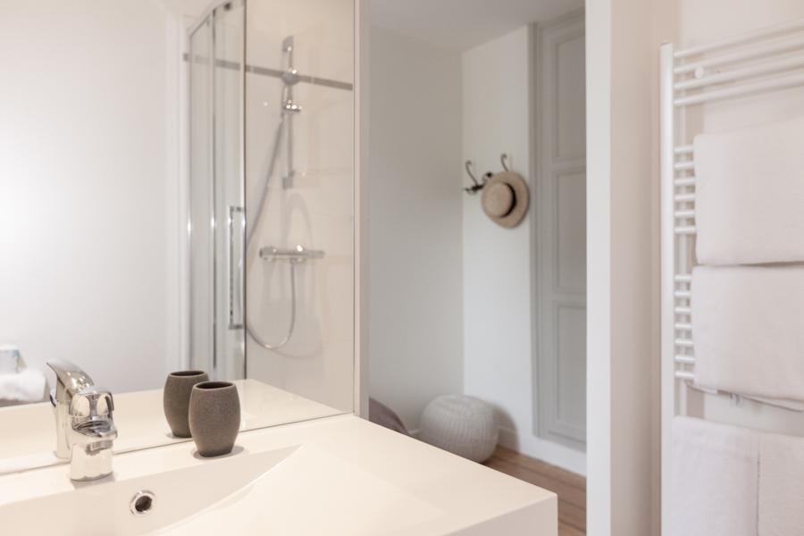 Salle de bain équipée douche