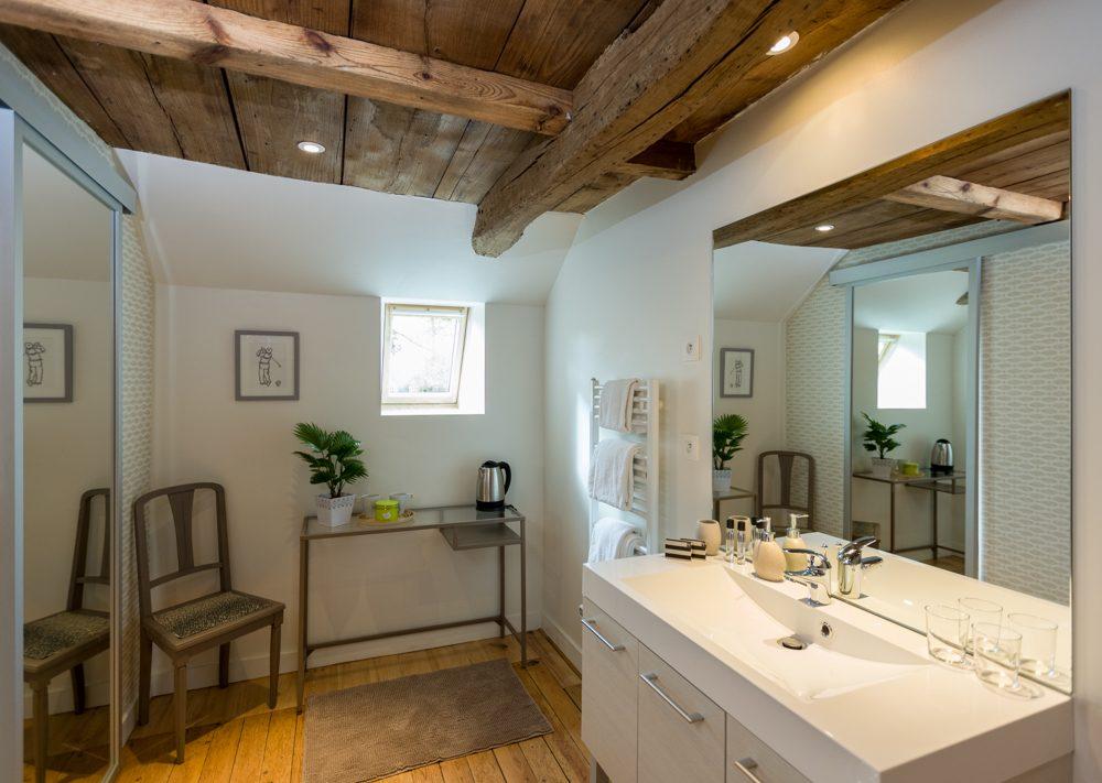 Vaste salle de bain lumineuse